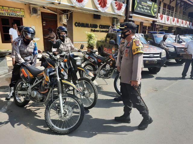 Polwan Lumajang Bagikan Masker dan Bansos ke Warga Naiki Motor Trail