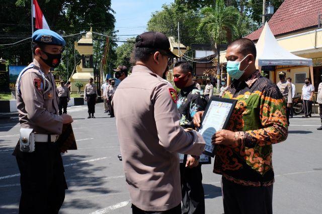 Kapolres Lumajang Berikan Penghargaan Pengungkap Kasus Maling Sapi