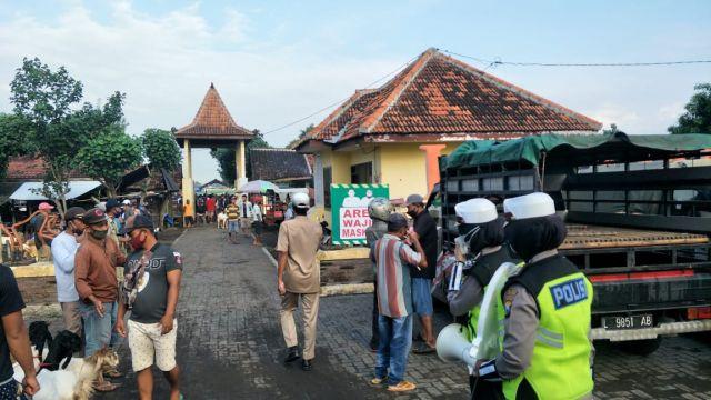 Satlantas Polres Lumajang Sosialisasi 5M ke Pasar Hewan