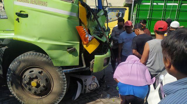 Truk Tronton Alami Rem Blong Seruduk Motor dan Mobil di Tukum Lumajang