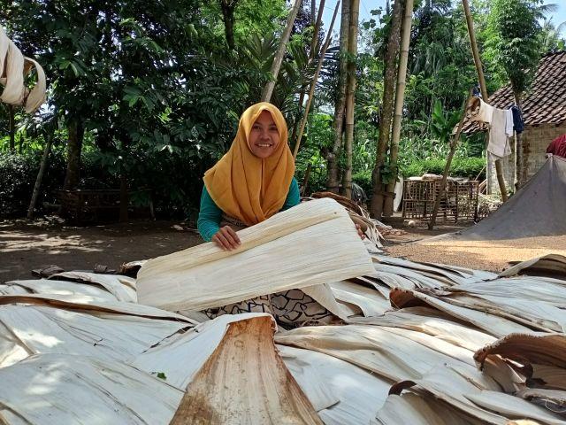 Dari Pelepah Pinang, Mahasiswi Lumajang ini Miliki 70 Karyawan