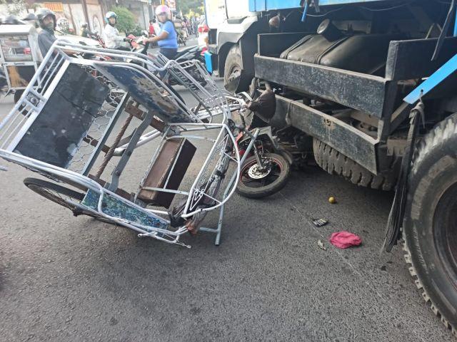 Truk Tronton Rem Blong Seruduk Motor dan Becak di Klojen Lumajang