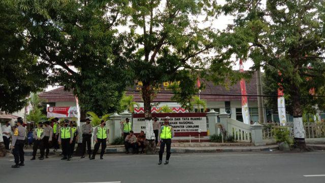 Polisi Pakai Masker Saat Amankan Aksi Massa di BPN Lumajang
