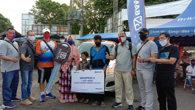 Kepala Cabang BRI Lumajang Serahkan Mobil Hadiah Undian Simpedes 2019