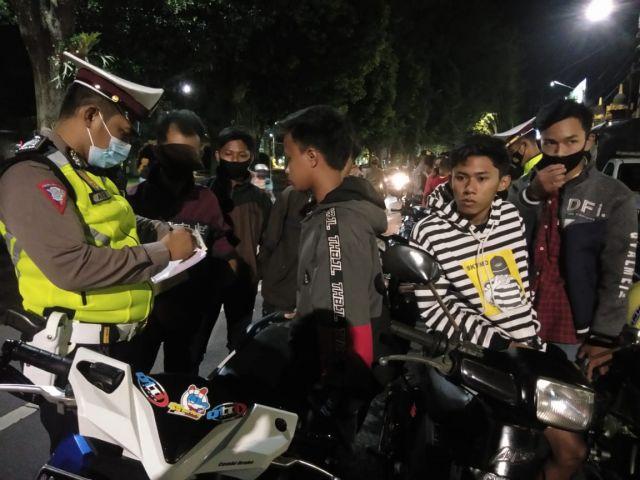 Polisi Tilang 38 Remaja Lumajang Naik Motor Saat Malam Minggu