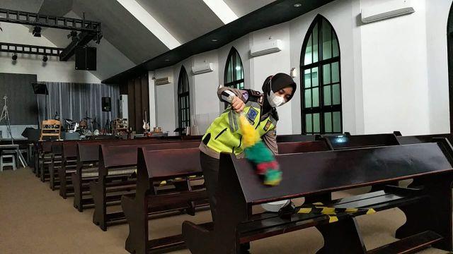 Satlantas Polres Lumajang Bersihkan Gereja Jelang Natal 2020