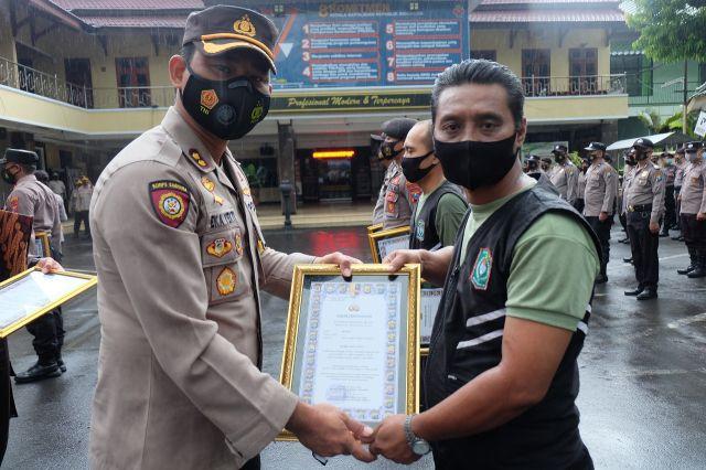 Kapolres Lumajang AKBP Eka Beri Penghargaan 3 SKD dan Anggota