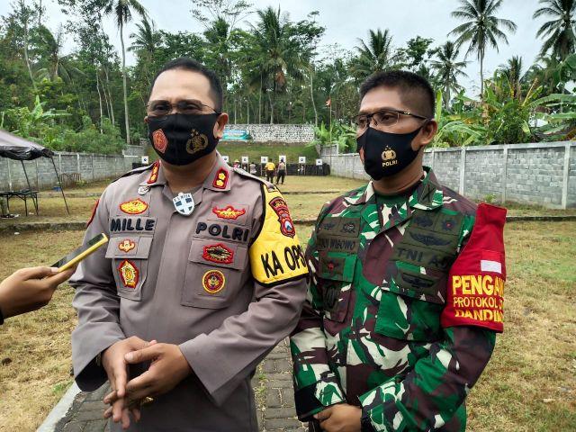 Polres Lumajang Latihan Menembak Bareng TNI dan Wartawan