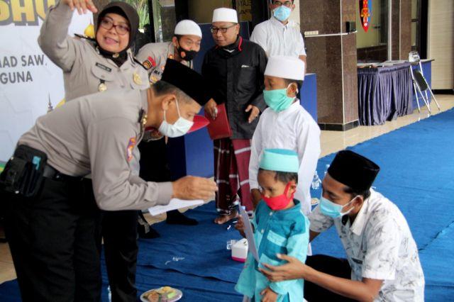 Kapolres Lumajang Beri Santunan Anak Yatim di Hari Santri Nasional