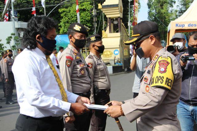 AKBP Deddy Foury Beri Penghargaan Anggota Polri Lumajang Berprestasi