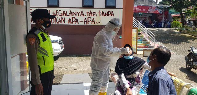 Polisi Tracing Kontak Erat Pakai Aplikasi Silacak Bagi Warga Lumajang