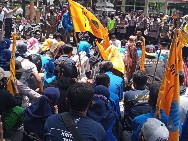 Aksi Demo PMII Diakhiri Doa Bersama di Tengah Jalan Alun-alun Lumajang