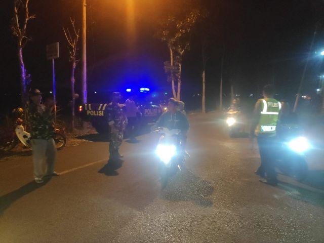 Paskhas TNI AU Gelar Terjun Payung Malam di Rowokangkung Lumajang