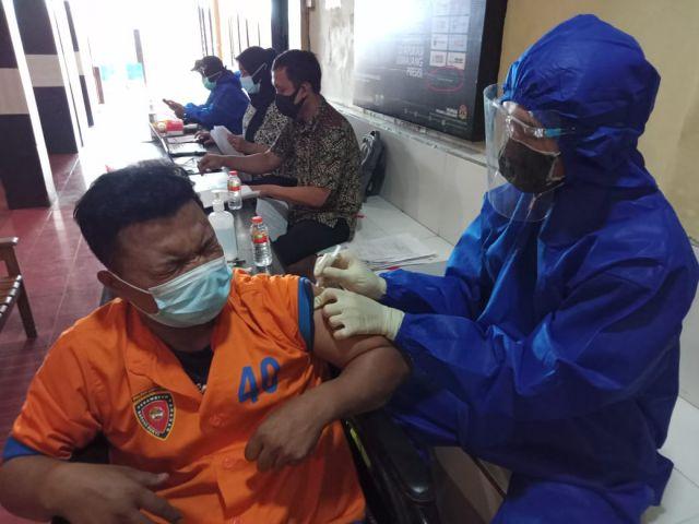 Tahanan Polres Lumajang Suntik Vaksin Agar Terhindar dari Covid-19