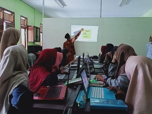 Santri Design Lumajang Beri Pelatihan di Ponpes Hidayatul Mubtadi iin