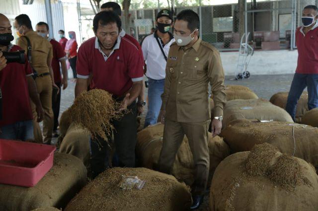 Cak Thoriq Tinjau Operasi Perdana PT. IDS Terima Tembakau Petani