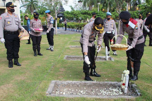 AKBP Deddy Foury Millewa Ziarah ke Makam Pahlawan Lumajang