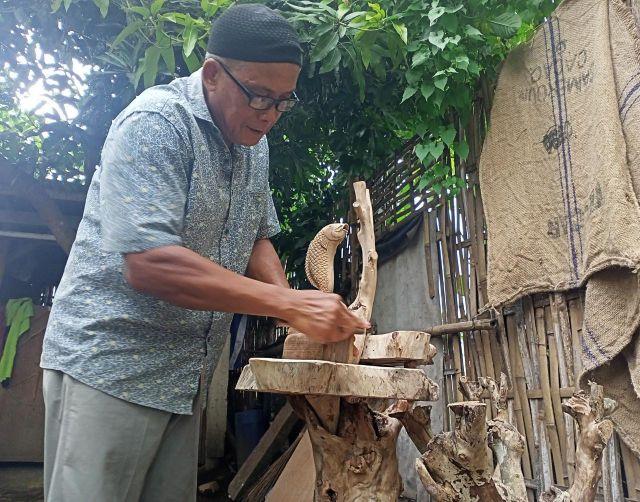 Endik Mbayeman Lumajang Sulap Limbah Kayu Jadi Patung Harga Jutaan