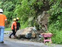 Batu Sebesar Sapi Longsor Tutup Jalur Piket Nol Lumajang-Malang