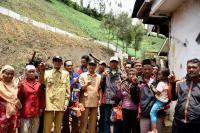 Bupati Asat Malik Beri Bantuan 3 Korban Longsor di Ranu Pane