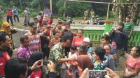 Bupati Asat Beri Bantuan Korban Banjir Sungai Kanal di Klakah