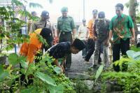 Got Mampet Akibat Sampah, Bupati Asat Beri Bantuan Korban Banjir Dua Desa