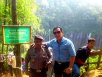 Kasat Shabara Polres Lumajang Pantau Pengunjung Yang Membludak di Air Terjun Tumpak Sewu