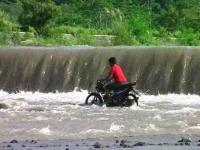 Belum Surut Total, Warga Nekat Nyebrang Sungai Rejali