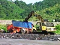 Sempat Terseret Banjir 30 Meter Lebih, Truck Kayu Akhirnya Berhasil di Evakuasi