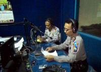 Kasubag Humas Polres Lumajang Dalam Pengamanan Arus Mudik-Balik Juga Sapa Lewat Radio