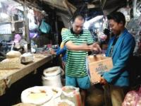 Prihatin, Pedagang Pasar Baru Lumajang Sumbang Kedelai Untuk Solidaritas Kakek Ngatmanu