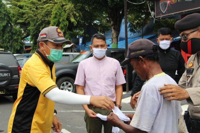 AKBP Adewira Bagikan Ratusan Masker Gratis ke Masyarakat Lumajang