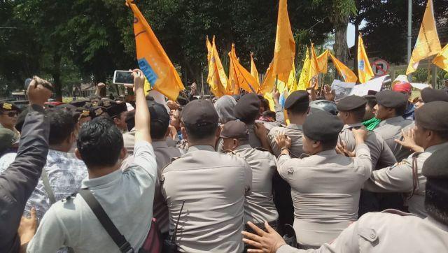 Aksi Demo PMII Lumajang Diwarnai Adu Dorong dengan Polisi