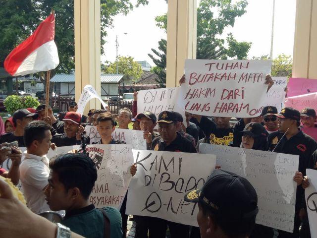 Ratusan Massa Minta Hakim PN Lumajang Tolak Gugatan Perusahan Amoeba Qnet