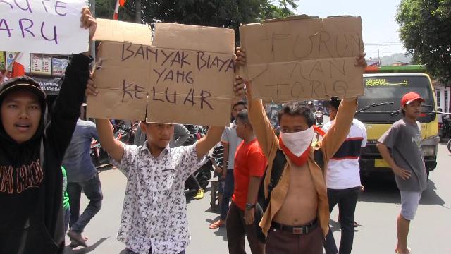 Jalur Karnaval Diubah, Masyarakat Klakah Melawan dan Blokade Jalan Nasional