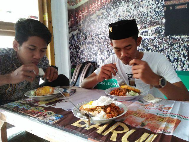 Nikmatnya..! Nasi Pecel Mbak Lina Pas Dikantong Mahasiswa IAI Syarifuddin