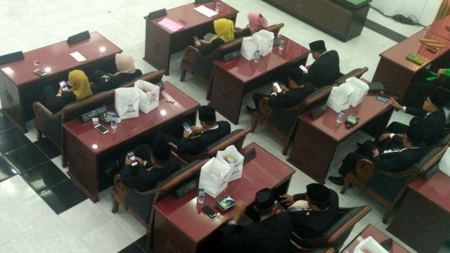 Duh..! Ketua DPRD  Lumajang Sedang Pidato Para Anggotanya Asyik Main Ponsel