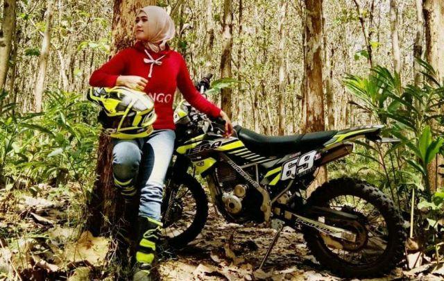 Anggun Mell Guru Cantik Lumajang Hobi Tunggangi Motor Trail