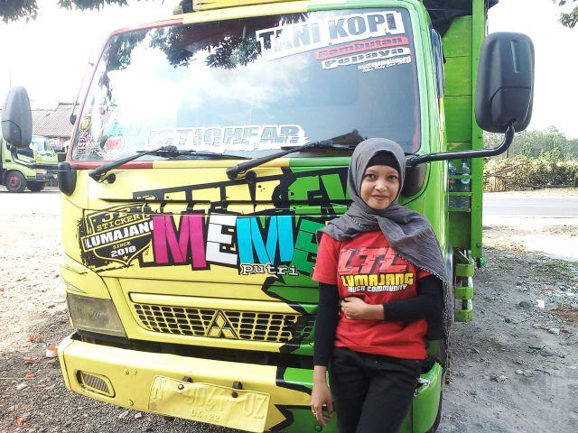 April Unyil Mahasiswa STIE Widya Gama  Lumajang Suka Abadikan Truk Keren