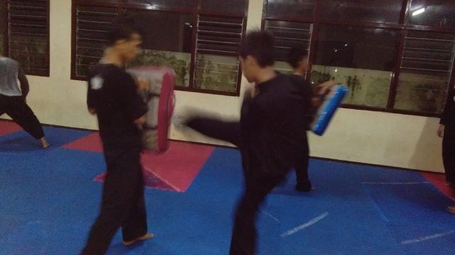 Atlet Pencak Silat PORPROV Latihan Malam Hari di Padepokan