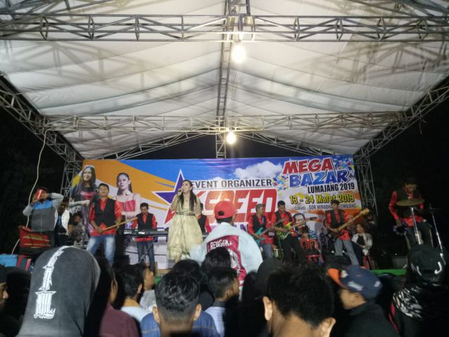 Konser Musik Mega Bazar Dibanjiri Pengunjung di GOR Wirabhakti Lumajang