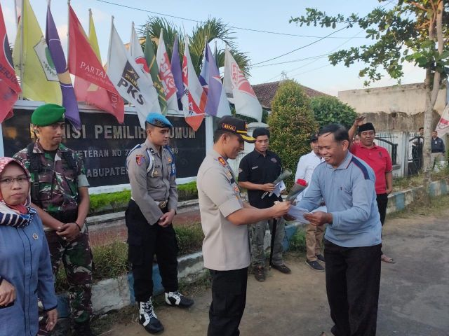 Petani Lumajang Berikan Bunga ke KPUD, TNI dan Polri Atas Sukses Pemilu