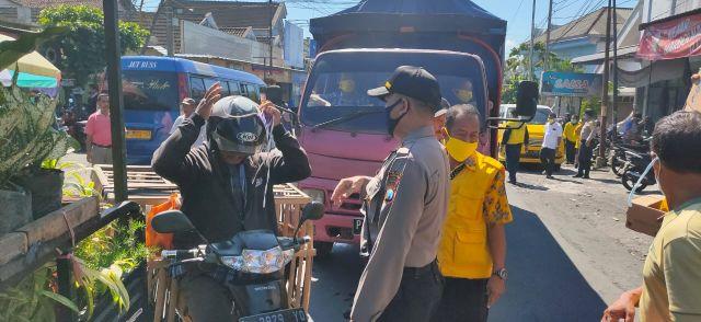 Bambang Riyanto Legislator Golkar Bagi Masker di Sumberrejo Candipuro