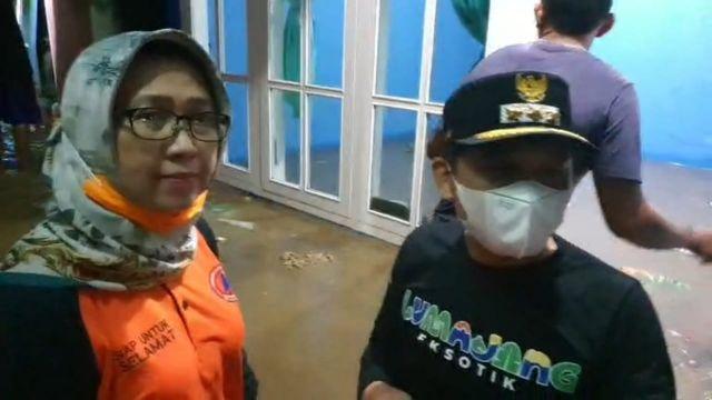 Cak Thoriq dan Bunda Indah Evakuasi Korban Banjir Kaliasem Lumajang