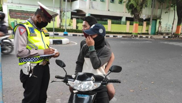 Polisi Lumajang Tilang Warga Bermotor Tertib Pakai Masker Tanpa Helm