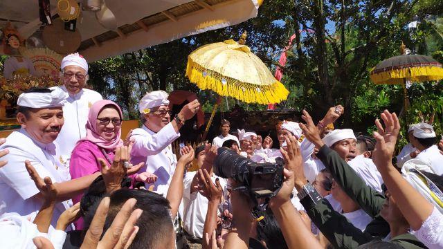 Bunda Indah Hadiri Upacara Ritual Tawur Labuh Getuh di Pura Mandhara Giri Semeru