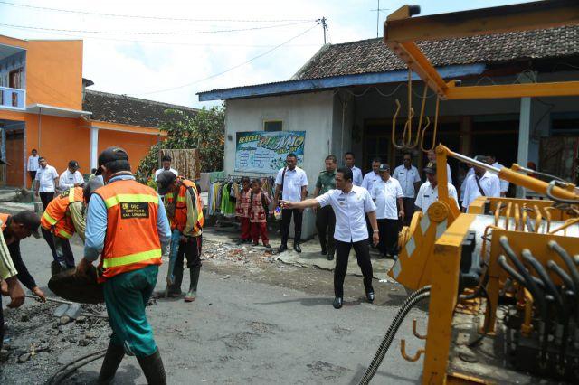Cak Thoriq Pantau dan Awasi Langsung Perbaikan Jalan Berlubang Kabuaran