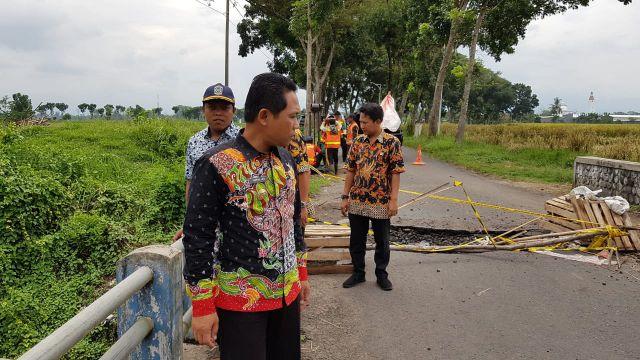 Cak Thoriq Cek Kondisi Kerusakan Jembatan Boreng