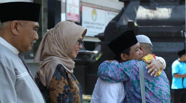 Cak Thoriq dan Bunda Indah Sambut Kedatangan Jama'ah Haji di Pendopo - Lumajang
