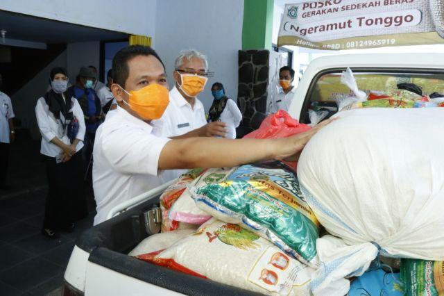Cak Thoriq  Saluran 29 Ton Beras Bantuan Masyarakat ke Korban Corona